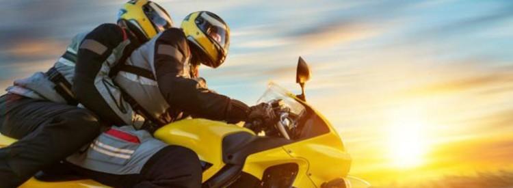 Zu zweit auf dem Motorrad